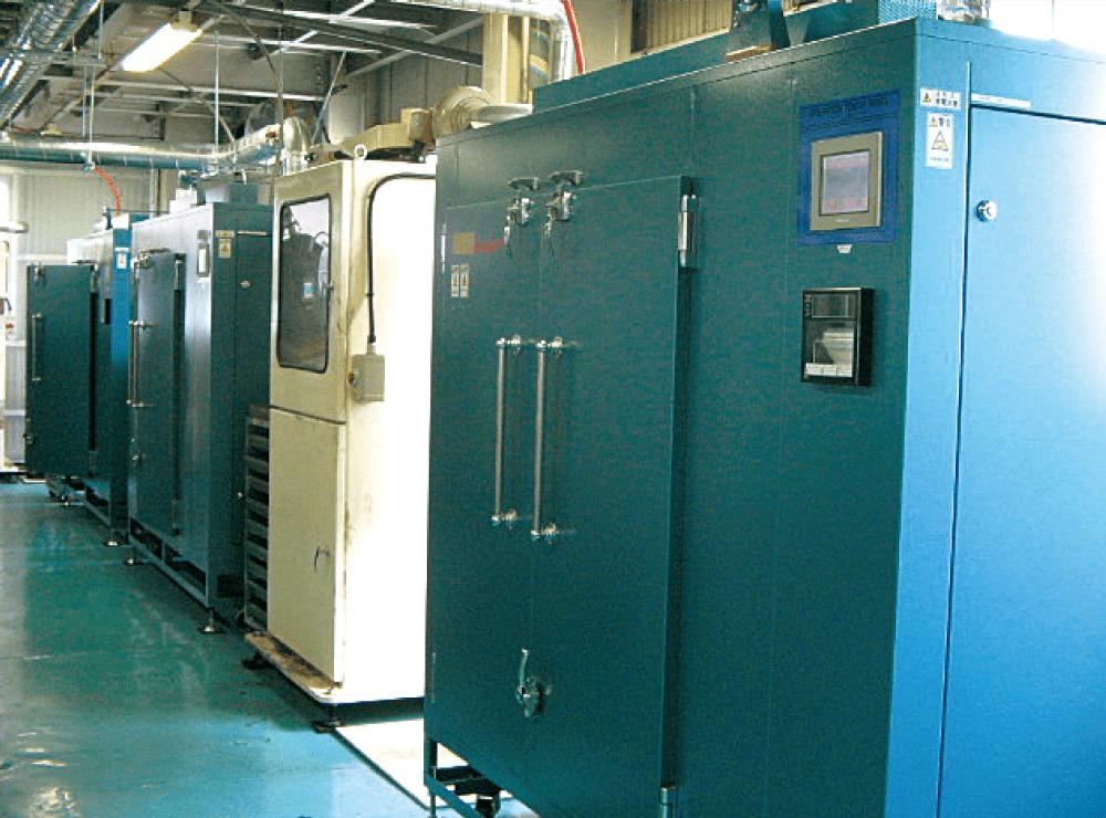 小コーター(白色)熱風循環式乾燥装置(青色)